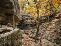 Terreno rochoso em uma floresta do outono, Oklahoma oriental Fotos de Stock