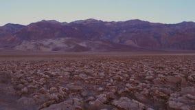 Terrenos desiguales en el campo de golf de los diablos en el parque nacional de Death Valley