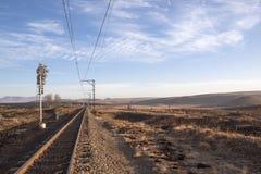 Terres cultivables desséchées Disected par la voie de chemin de fer brillante Photos libres de droits