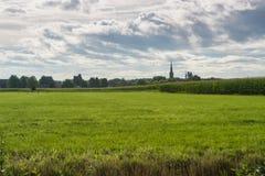 Terres cultivables néerlandaises, paysage avec la vieille tour d'église et champs de maïs photos stock