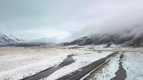 Terres cultivables snowcovered de longueur a?rienne de paysage banque de vidéos
