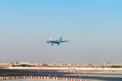 Terres d'avion d'Oman Air dans l'aéroport international de Dubaï Photo stock