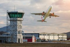 Terres d'avions à l'aéroport Images stock