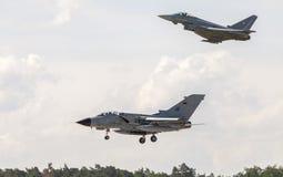 Terres de tornade de Panavia et d'un ouragan d'eurofighter sur l'aéroport Photo libre de droits