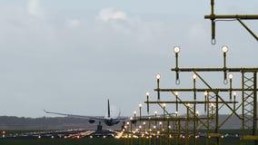 Terres jumelles d'avion de moteur sur la piste lumineuse banque de vidéos