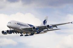 Terres malaisiennes d'avion de lignes aériennes à Londres Photo libre de droits