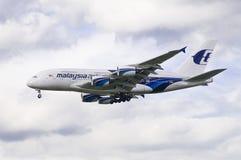 Terres malaisiennes d'avion de lignes aériennes à Londres Image libre de droits