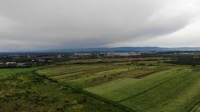Terres ukrainiennes, vue de la taille, en dehors de la ville Une fois de la ville industrielle de Drohobych sur le fond banque de vidéos
