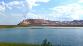 Terrikon - stortplaats, kunstmatige dijk van afvalrotsen Mijnbouw, afvalhopen van mijnen en mijnbouwinstallaties stock video