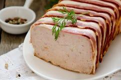 Terrina della Turchia e della carne di maiale avvolte in bacon Fotografia Stock Libera da Diritti