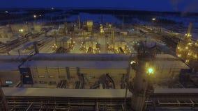 Território da companhia do gás da opinião do zangão com construções na noite vídeos de arquivo