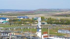 Território da fábrica de processamento do óleo contra a paisagem video estoque