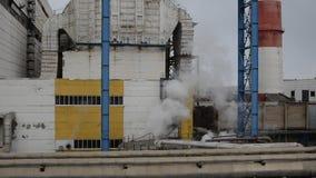 Território da facilidade industrial estação do Calor-poder O vapor adicional sae da válvula vídeos de arquivo