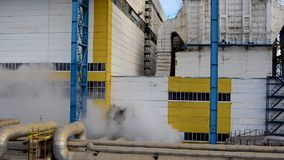 Território da facilidade industrial estação do Calor-poder Rússia O vapor adicional sae da válvula filme