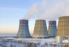 Território do calor e da central elétrica Tanques do acumulador e torres refrigerando Close-up Inverno imagem de stock