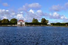 Território do conjunto Peterhof do parque em St Petersburg foto de stock