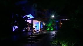Território do hotel na noite vídeos de arquivo