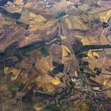 Território e campos com uma cidade pequena e uma estrada na vista aérea Imagens de Stock