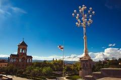 Territoire de cathédrale Tsminda Sameba de trinité sainte de Tbilisi Campanile, réverbère et drapeau géorgien Copiez l'espace Cie image stock