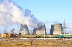 Territoire de centrale de la chaleur et  Réservoirs d'accumulateur et tours de refroidissement L'hiver Russie photographie stock