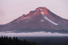 Territoire de l'Orégon de lac Mt Hood Ski Resort Low Clouds Trillium Images stock