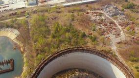 Territorio cerca de NPP de Chern?bil, Ucrania Silueta del hombre de negocios Cowering almacen de metraje de vídeo