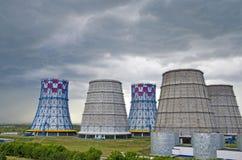 Territorio del calor y de la central eléctrica Los tanques del acumulador, torres de enfriamiento y el cielo antes de la tormenta imagenes de archivo