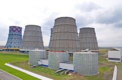 Territorio del calor y de la central eléctrica Los tanques del acumulador y torres de enfriamiento Primer foto de archivo libre de regalías