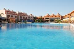 Territorio del hotel en la piscina Egipto Hurgada Imagen de archivo