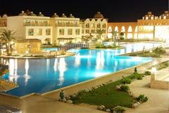Territorio dell'albergo di lusso alla notte Immagine Stock