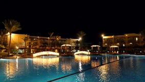 Territorio dell'hotel nella notte video d archivio