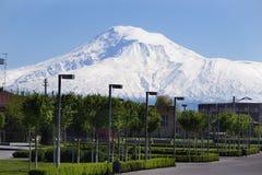 Territorio della cattedrale Etchmiadzin, montagna l'Ararat, Masis di vista su fondo Fotografia Stock Libera da Diritti