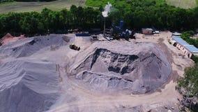 Territorio della pianta dell'asfalto Tubo di condotto di scarico dell'impresa Grandi monticelli di materiale da costruzione Metra archivi video