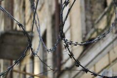 Territorio pericoloso con il recinto del filo spinato intorno fotografia stock