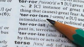 Terrorismewoord in woordenboek, ondersteunend geweld wordt gericht, die agressie gebruiken die stock videobeelden