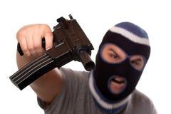 Terrorist, der eine automatische Waffe zeigt Lizenzfreies Stockfoto