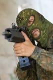 Terrorist, der mit einer Gewehr zielt lizenzfreie stockbilder
