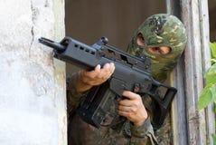 Terrorist, der mit einer Gewehr zielt stockfoto