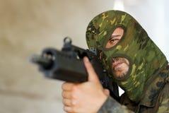 Terrorist, der mit einer Gewehr zielt lizenzfreies stockfoto