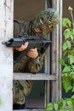 Terrorist, der mit einer Gewehr zielt lizenzfreies stockbild