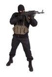 Terrorist in der schwarzen Uniform und Maske mit der Kalaschnikow lokalisiert stockfotografie