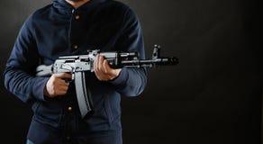 Terrorist hält AKM 47 stockbilder