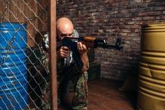 Terrorist i enhetliga forsar från kalashnikovgeväret arkivbild