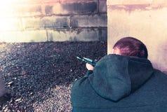 Terrorist mit automatischem Gewehr stockfotos