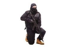 Terrorist mit dem Maschinengewehr lokalisiert auf weißem Hintergrund lizenzfreies stockbild