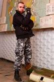 Terrorist mit einem Gewehr lizenzfreie stockfotografie