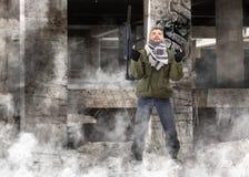 Terrorist mit Gewehr lizenzfreies stockbild