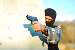 Terrorist mit Schablone und Gewehr lizenzfreie stockfotos