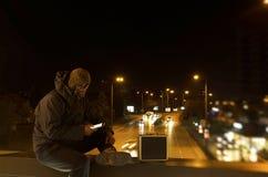 Terrorist på en bro med resväskan Arkivbild