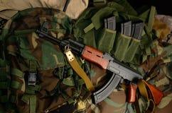 Terrorist Weapons med taktiska den bröstkorgriggar och ryggsäcken arkivbild